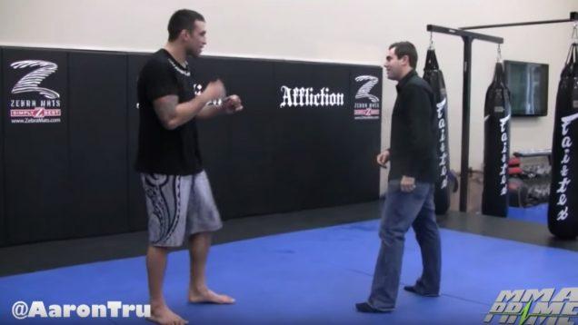 Repórter voluntário recebe pontapé de atleta de MMA